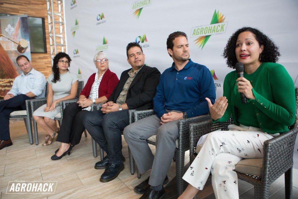 Perla Sofía Curbelo, creadora de Agrochic.com, se dirige a la audiencia durante la conferencia de prensa de Agrohack. (suministradas)