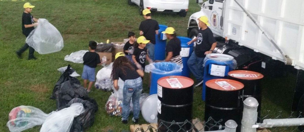Voluntarios de Puerto Rico ayudando en la actividad.