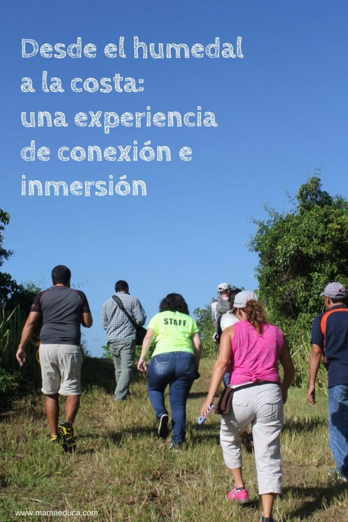 Parte del grupo de periodistas y blogueros dirigiéndose al área del humedal y guiados por el intérprete ambiental de la reserva.