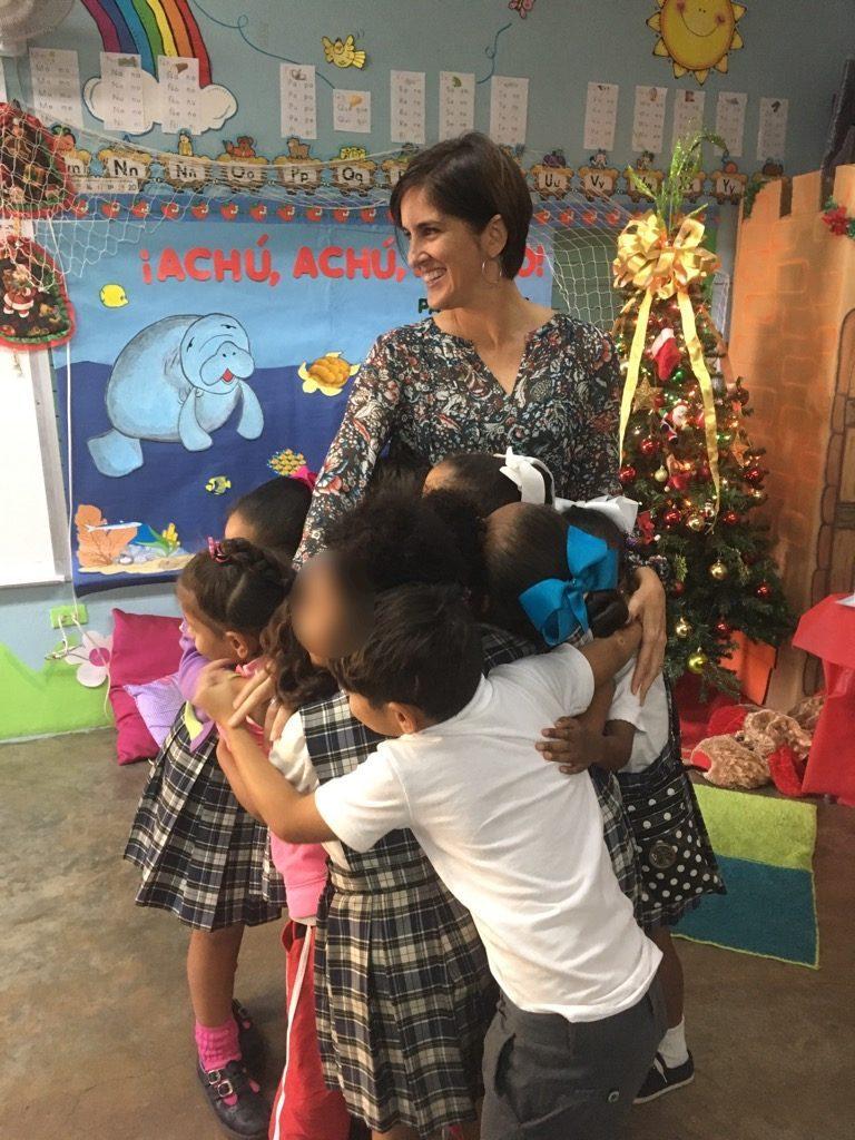 Pamy Rojas, autora del cuento, junto a un grupo de estudiantes. (foto suministrada)